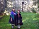 Rotkäppchen und Großmutter vor der Burgruine Schönstein